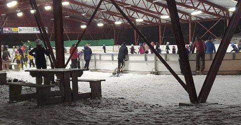 Folk har strømmet til ishallen på Skillevollen de siste dagene. Tirsdag ettermiddag/kveld, da dette bildet ble tatt, var det så mange at B&Y IL velger å rope varsko. En tipser talte over 70 unger og voksne på banen samtidig. Foto: Tipser
