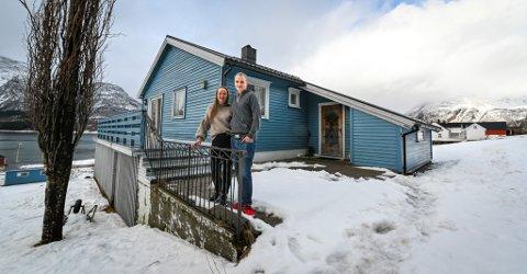 Henning Hauknes Ranheim og Hanne Trones har kjøpt huset som besteforeldrene til Henning bygde på 1960-tallet. I bakgrunnen ser vi gården til Hennings foreldre der også fjøset står.
