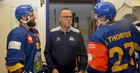 I sentrum: Johnny «Puma» Smeby sørger for at Lars Erik Hesbråten til venstre og Steffen Thoresen til høyre har alt de behøver for å prestere på isen.Alle foto: Petter Sand