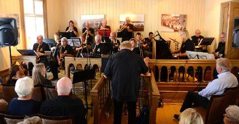 Som vanlig spilte Hønefoss storband for en fullsatt rettssal.