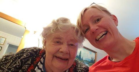 SELFIEN: Hjørdis og Wenche Rognås i en selfie. – Det er slik vi vil huske mamma, sier datteren til OA. FOTO: PRIVAT