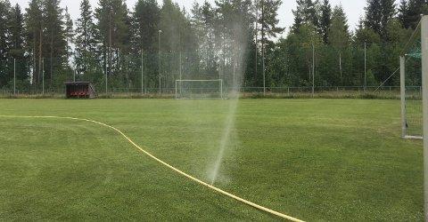 FULL SPRUT: Vanningen av gressbanen på Nordkisa stadion får mange til å stusse. Men Hauerseter Sportsklubb gjør ingenting som strider mot vanningsforbudet. begge Foto: Håvard Sæle