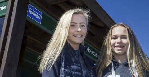 TA BUSSEN: Lea Kristine Øverbekk Haugland og Kamilla Byrkjeland mener flere må la bilen stå, og at det vil føre til at mindre gummi kommer ut i naturen. – Det er ikke bare granulat fra kunstgressbaner som skader naturen, også biler legger igjen gummirester, sier de.