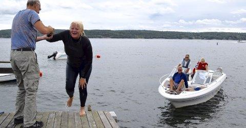 I MÅL: Kristin Wæringsaasen er endelig hjemme på Hurumsiden av fjorden, og krabber lykkelig på land etter å ha svømt to kilomter fra Krokstrand i Akershus og over til Hurum. FOTO: EDGAR DEHLI