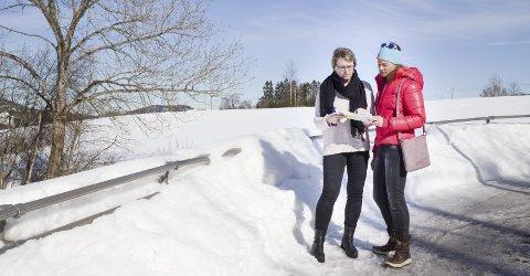 TIL KAMP: Hilde Gunn Sletten og Hanne Lisa Matt vil gjøre alt som står i deres makt for å stoppe videre planer om å bebygge tomta i Jakslandveien som nå ligger ute for salg til den nette sum av 60 millioner kroner.