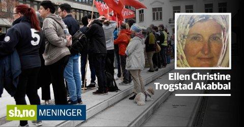 Mange møtte opp for å markere avstand til Sians synpunkter da de var i Sandefjord.