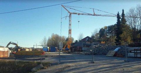BYGGEKRANER: Første etappe på Åsane begynner å bli synlig i terrenget. Nå har planutvalget godkjent resten av prosjektet, og er spente på hva som kommer fram i den offentlige høringsrunden. Foto: Sandefjord kommune