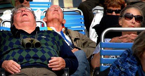 TAR SEG EN LUR: Noen amerikanske turister tar seg en liten «powernap» under et besøk på Hurtigruta i 2010.