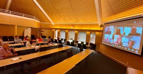 Fra bystyresalen kunne publikum følge møtet. Av politikerne var det kun Harald Rønneberg (H) som fulgte møtet. De andre tilhørerne kom fra Sports Club Sarpsborg.