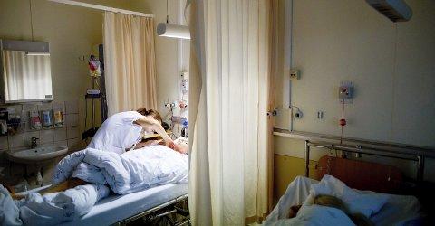 POP: Dobbelt så mange som det er studieplasser til, søker sykepleierstudiet. Men guttene svikter yrket. FOTO: NTB scanpix