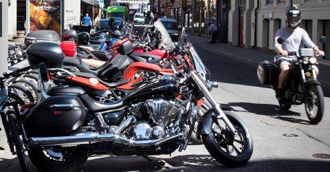 Trygg Trafikk ber både motorsyklister og bilister vise varsomhet når de ferdes i trafikken.