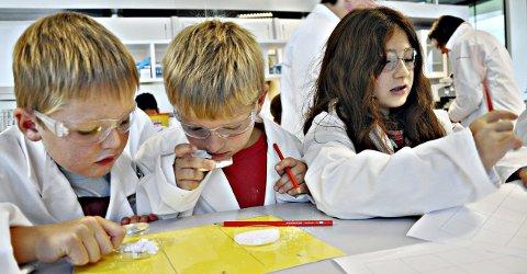 INSPIRIA: Alle 2., 4., 6. og 9.-klasser i hver Østfold-kommune besøker Inspiria Science Center i Sarpsborg hvert år. I tillegg er også 40 prosent av elevene ved de videregående skolene på ulike arrangementer. På dette arkivbildet er det Askimbyen skole som er på besøk.  ARKIVFOTO