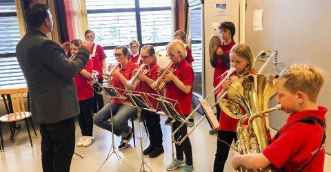 Konsentrerte: Spydeberg skoleorps, under sin dirigent Vidar Eilertsen, spilte for de galleribesøkende gjennom hele helgen. Alle foto:  Grete Skjelbred