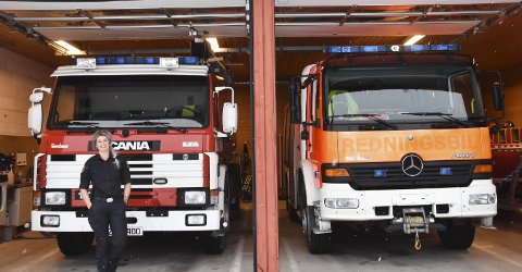 1. Tre biler: Svelvik brannstasjon har én tankbil (t.v), en brannbil med vannslange (t.h), en båt og en first responder-bil med dykkeutstyr, hjertestarter og overflateutstyr.  2. RASKA PÅ: Når alarmen går har Tine Sofie Greiner-Lutnes fire til seks minutter på å være i bilen. 3. Lykke: Når Tine går ut av bilen, og inn i en alvorlig hendelse, må hun tørke av seg adrenalin-smilet.