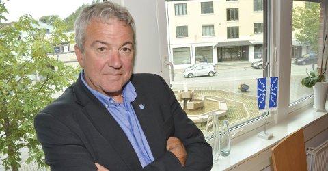 PILS TIL FOLKET: Ordfører Jørn Christensen (H) mente dugnadsgjengen bak Fotspor-arrangementet – som kom når puben stengte kranene – fortjente en halvliter for å ha jobbet med arrangementet i ett helt år. Derfor åpnet han kranene igjen. Lørdag var det pils til folket, i dag er det beklagelse til politikerkollegaer.FOTO: JARLE PEDERSEN