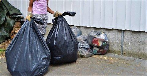 LOVLIG: Slike svarte søppelsekker vil være i bruk i Notodden og Hjartdal et år til.