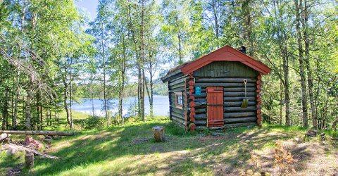 ENKEL OG FIN: Fossvannkoia på Meheia er ett av to gratis og åpne overnattingstilbud fra Statskog i nærheten.