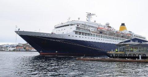 «Saga Sapphire» i Kristiansund for siste gang. Skipet har med seg 700 passasjerer.