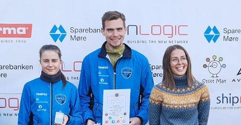 Guro Øie Bævre (til venstre) sammen med lagkameratene Ludvik Tolaas og Ronja Hammervold som vant gull på standardskytingen.