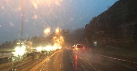 SLUDD: Det ble meldt om snø langs veien på E18 rett ved Kopstad. Det skal ikke være fare for glatte veier da temperaturen i Vestfold holder seg over null.