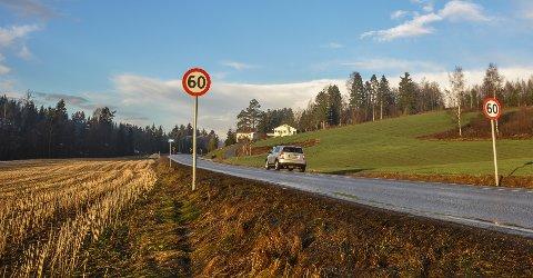 HÅVER INN: Når man kjører Høyjordveien nordover begynner 60-sona her. Videre nordover pleier UP å ha hyppige kontroller. Torsdag ettermiddag mistet to bilførere lappen.