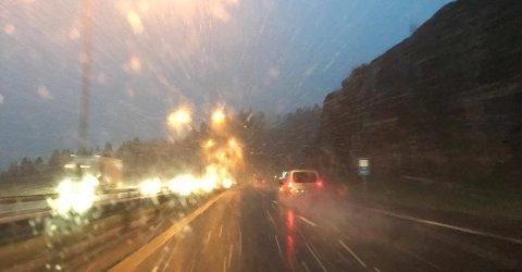VINTERFØRE: Når veiene blir glatte er det viktig å kjøre med vinterdekk.