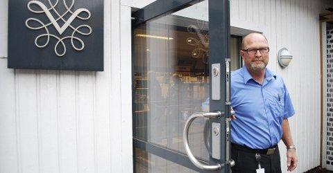 TAXFREE: Butikksjef i Vinmonopolet Tjøme, Rolf Eriksen, og hans kollegaer i Vinmonopolet mener tida er inne for å avvikle taxfreeordningen.