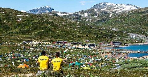UNIKT: To felage (frivillige) nyter fantastisk utsikt over festivalområdet til Vinjerock.