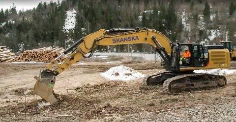 HER STARTER GRAVINGEN: Tirsdag ble de første gravemaskin-takene gjort på nye E16 mellom Bjørum og Skaret.
