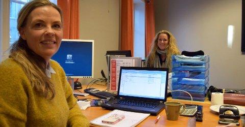 TROR PÅ OVERSKUDD: Redaktør og daglig leder Vibeke Lundquist (nærmest) tror på overskudd for Byavisa Tønsberg i år. I bakgrunnen selger Ina Blix. Foto: Lars Døvle Larssen