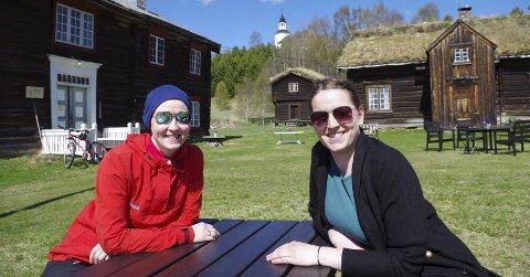 FESTIVAL: Anette Bay (til venstre) og Eirin Lien har tatt jazzbrillene på og priser maiværet. Om knapt tre måneder er det er det klart for den aller første Tynset Jazzfestival, i tunet på Neby. Foto: T.H. Løkken