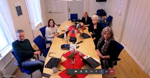 Pressekonferanse: Krisestaben i Røros kommune inviterte torsdag til pressekonferanse i smittevernets ånd - på Teams. (skjermdump)