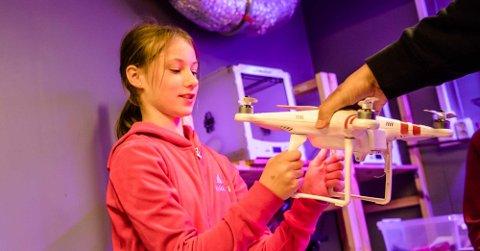 Dina Folkedal (t.v.) startet dagen på VitenSkolen med å fly droner.