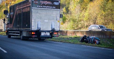 AV VEIEN: En motorsyklist kjørte i grøfta i Årungveien ved Vassum-krysset tirsdag formiddag.