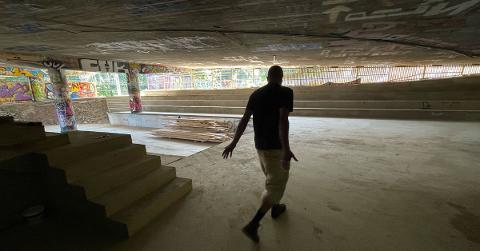 STORE AMBISJONER: – Det er mye kjærlighet og historikk her, sier Alto Braveboy som er blant initiativtakerne bak scenen som snart er ferdig bygget under brua i Gamlebyen.