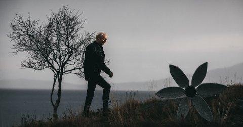Inspirasjon: Halvdan Sivertsen på hjemmebane i Storvika, med havet, naturen og Harald Bodøgaards steinskulptur av en rose. Her henter han ro, inspirasjon og rekreasjon.