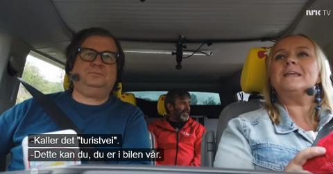 Programlederne Finn Tokvam og Øyvor Bakke med Bjørn Lægreid i baksete. Han hadde ikke på seg sikkerhetsbelte.