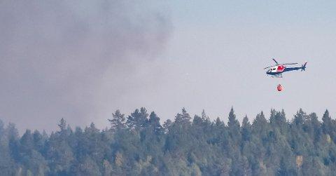Dette bildet ble tatt fra Prestfoss da skogbrannhelikopteret ankom området søndag kveld.