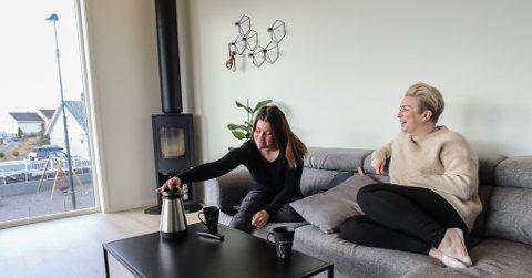 VENNINNER: Anita Hauge og Veronika Nilsen Toftesund bur berre eit steinkast frå kvarandre i austvikvegen, og har blitt veldig gode venninner. – Vi trivest veldig her i gata, stråler dei to jentene.
