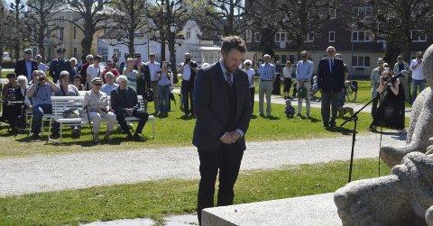 LA NED KRANS: Kunnskapsminister Torbjørn Røe Isaksen under markeringen i Kirkeparken.  Foto: Marianne Holøien