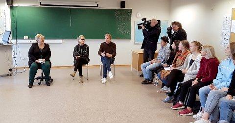 DISKUTERTE: Statsminister Erna Solberg besøkte Haugeåsen ungdomsskole mandag formiddag. Her er hun sammen med kontaktlærere Cathrine Orud og Gøran Karlsen i samtaler med eleve i klasse 10C.