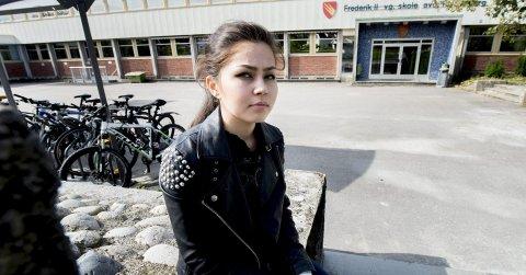Fortvilet: Aghdas Mousavi er elev på Frederik II videregående skole. I fjor ble familien sendt tilbake til Afghanistan, noe hun synes er vondt. Nå er hun ifølge TV2 kritisk til NOAS og deres håndtering av familiens sak.
