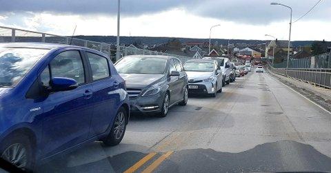 STOPP: Det var full stopp i trafikken i hele sentrum torsdag.