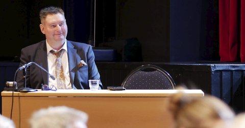 Fornøyd, men: Ordfører Rune Edvardsen gleder seg over at Narvik kommune til toss for et utfordrende 2017 klarer å levere et overskudd med 28 millioner. Han lover imidlertid å være påholden med pengebruken inneværende år. Foto: Terje Næsje