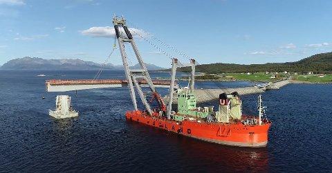 FØRSTE DEL: Den første delen av Sandsøysundbrua ble heiset på plass av Uglen lørdag.