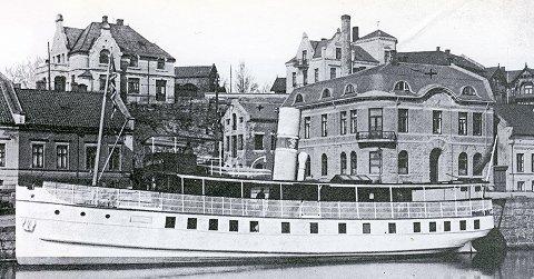 Passasjerfartøyet Henrik Ibsen ved kai i Skien. Innkjøpt av Hortens Motorfart i 1918 og omdøpt til Horten.