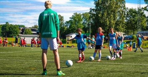 FLERE PLASSER: Falk og Borres gratis fotballskole ble raskt full. Nå har de utvidet med 60 nye plasser.