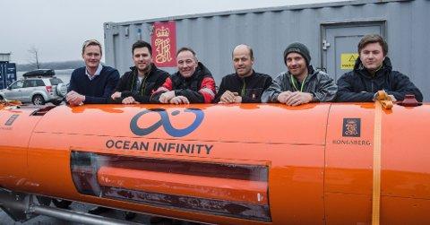 VIDEREUTVIKLET: Josh Broussard fra Ocean Infinity (nummer to fra venstre) sammen med det lokale KM Hugin-teamet: Thomas Nygaard, Kjetil Nordbotten, Terje Halvorsen, Blake Howard og Kenneth Strandabø.