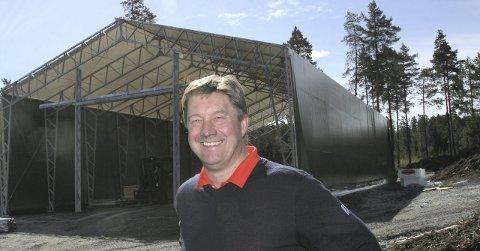 NY MASKINHALL: Jan-Petter Torgersrud foran den nye maskinhallen som er i ferd med å bli reist på Liermoen. Foto: Kongsvingers golfklubb