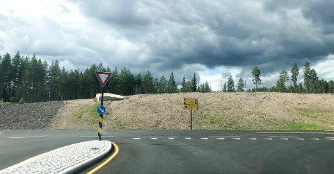 FARLIG?: Trafikken går i 90 kilometer i timen på riksvegen i dette krysset på Grundsetmoen i Elverum.
